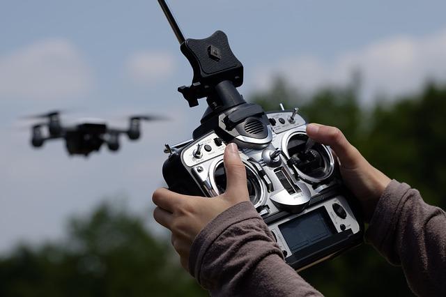 řídit dron
