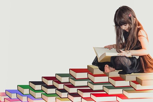 děvče na knihách